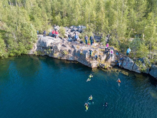 Norpat hyppimässä kalliolta perheen jäsenten seuratessa taustalta