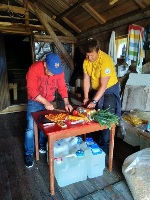 Jussi ja Jan aikuisten rastilla - Kanakeiton valmistus
