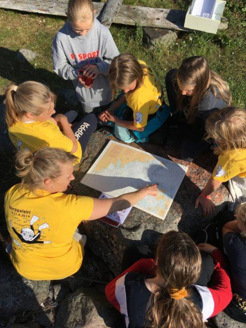 Jenni opettaa merimerkkejä ja lukee merikorttia yhdessä lasten kanssa