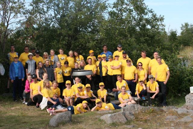 Koko porukka kasassa. Tämän vuoden keltainen väri t-paidoissa ja lasten lippiksissä näkyi hyvin saaren luonnossa
