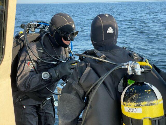 Jussi ja Taina juonimassa sukellussuunnitelmaa.